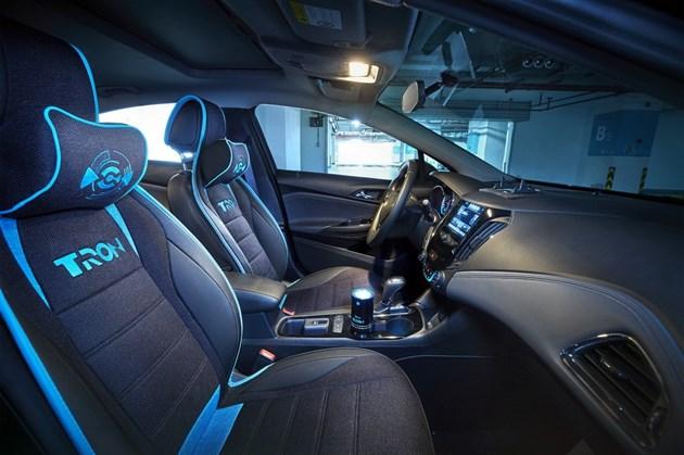 易车讯 从雪佛兰官方获悉,科鲁兹创战纪定制版车型正式上市。新车基于现款科鲁兹1.4T领锋版进行打造,售价为16.99万元。   新车是由雪佛兰与迪士尼中国合作打造的。外观采用了迪士尼科幻电影《创战纪》里的标志性黑蓝配色,蓝色眩光线条贯穿车身,并且增加了带有TRON元素的专属蓝光徽标、标识照地灯、碳纤维元素反光镜、蓝色配色轮圈以及LED迎宾踏板等配置。   内饰方面,采用了与外观相同的黑蓝配色,其中座椅与头枕等处将增加TRON元素标识,车内新增加了带有TRON标识的空气净化器、蓝色发光杯垫、手机架